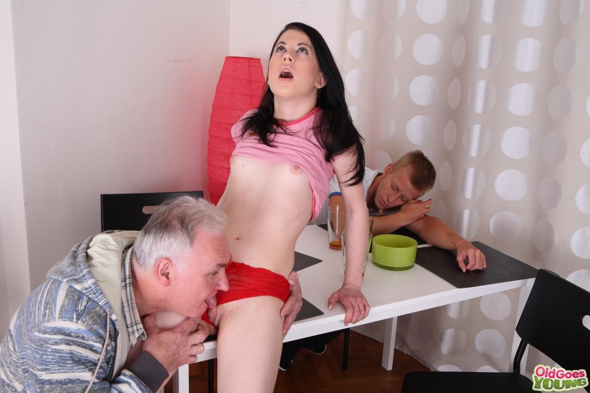порно/пока муж отвернулся