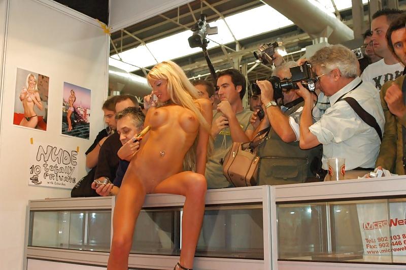 pokazali-striptiz