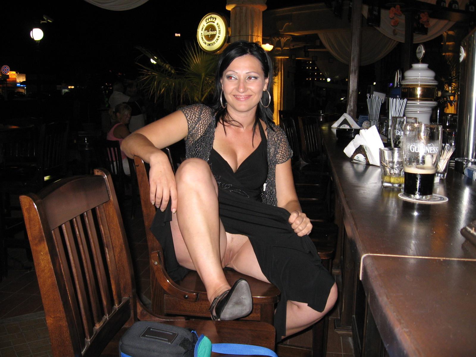 Смотреть онлайн без трусиков в юбке в кафе 12 фотография