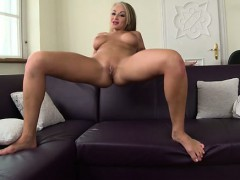 hot-girlfriend-swallows-cum