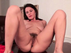mature-milf-gives-her-hairy-pussy-a-workout