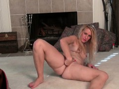 american-milf-shelby-strips-off-and-fucks-a-dildo