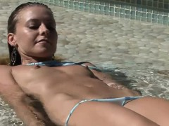 glamour-pussy-on-the-beach-is-sunbathing
