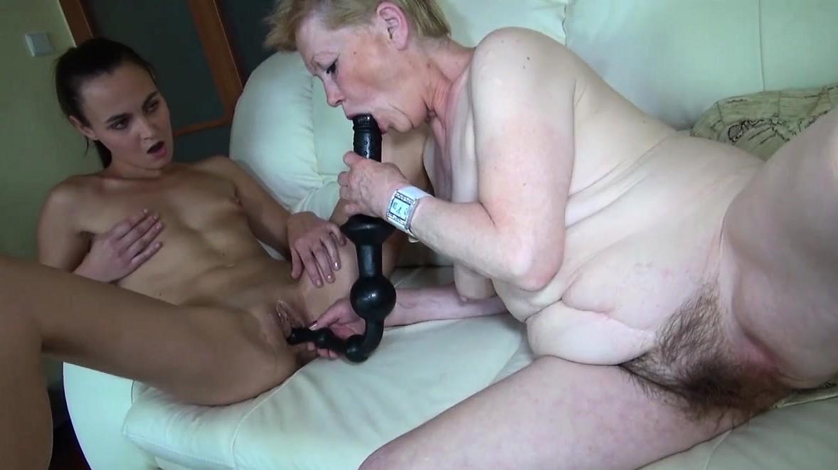 Бабушка с внучкой развлекаются