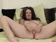 curvy-mother-cynthia-lynn-gets-a-loud-squirting-orgasm