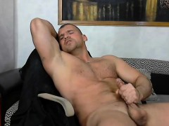 bodybuilder-wanks-and-moans-loudly