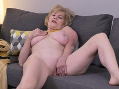 american-gilf-sindee-dix-strips-off-and-rubs-one-out