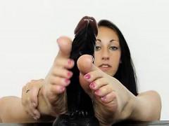 Teenie Goddess Ell Storm Shows Off Her Pretty Bare Foot