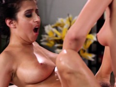 oily-lesbian-and-masseuse