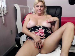 hot-blonde-with-big-boobs-getting-hand-drilled