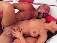 Amateur Babe Gets Her Pussy Fucked By Oldman
