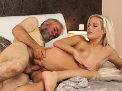 blowjob-while-telling-story-surprise-your-gf-and-she-will