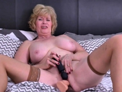 american-mature-lady-sindee-dix-playing-with-her-toys