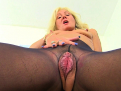 uk-gilf-sapphire-louise-gives-her-fanny-flaps-a-treat