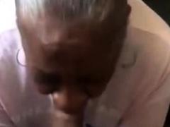 abuela negra dando una buena mamada