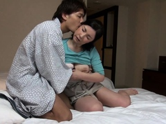 japanese-hotel-massage-mature-busty-masseuse-gives-handjob