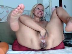 webcam-girl-close-up-masturbation